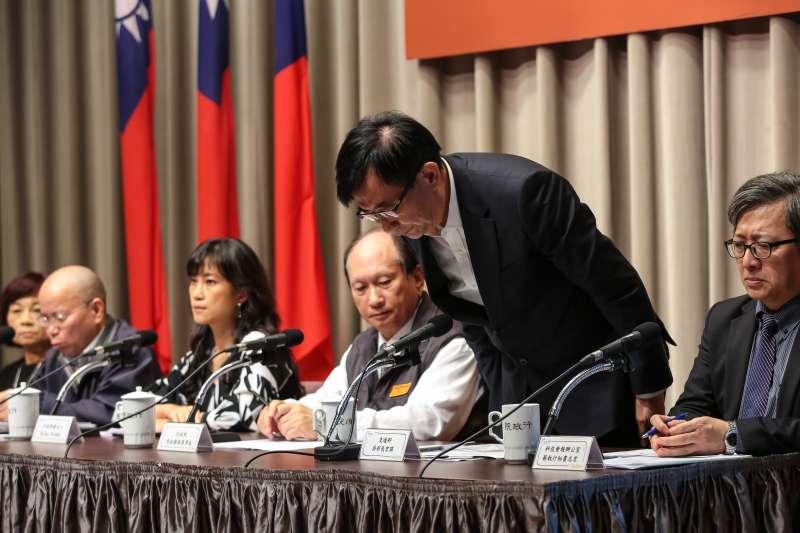 20181025-交通部長吳宏謀25日出席行政院會會後記者會,針對普悠瑪翻車事故鞠躬道歉。(顏麟宇攝)