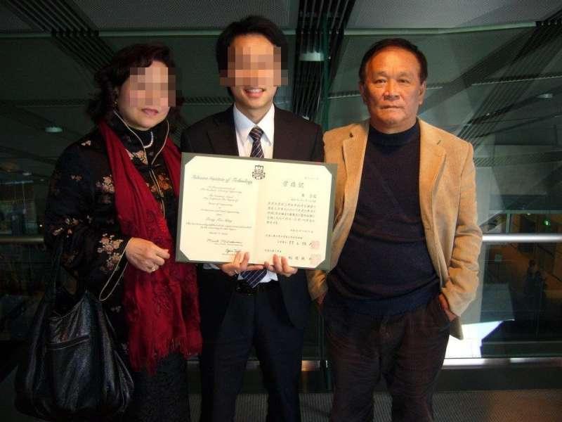 曾訓孺(右)多年前與么兒(中)的合照。(圖/香港01提供)