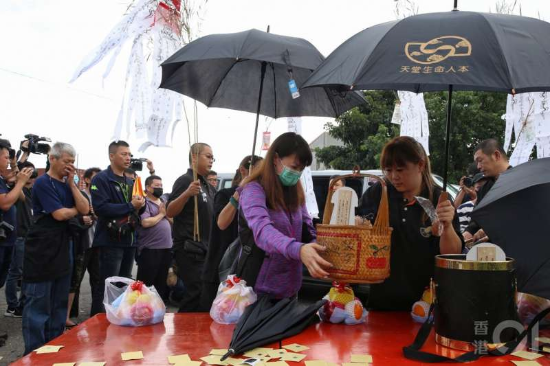 董家17人的喜宴之行,最終8人罹難,家屬今午傷心招魂。(圖/香港01提供)