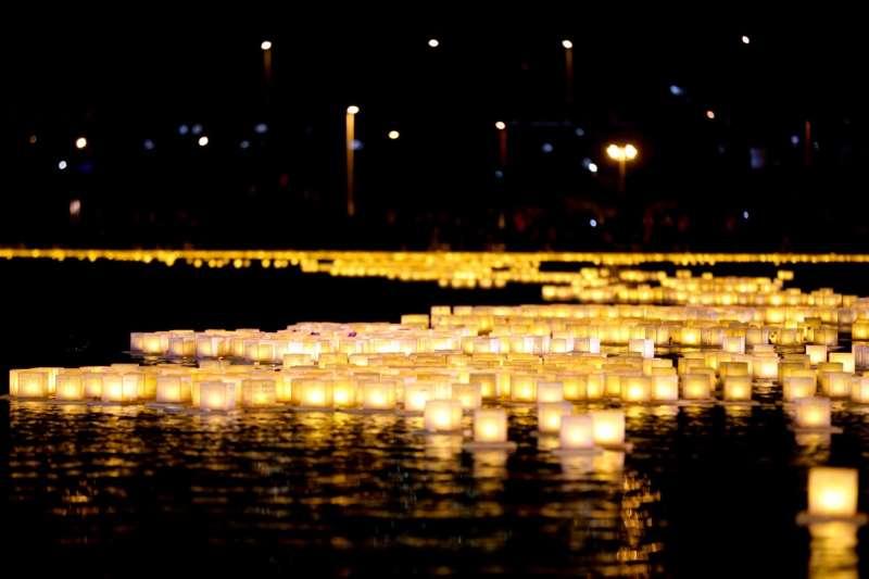 在寧靜與祥和的氣氛中,民眾依序施放水燈,此溫暖的燈火與善念,將如水上漣漪拓展至十方,連結了過去、現在、未來,共同祈許世界融和。(圖/風傳媒攝)