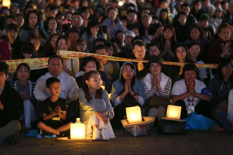 現場民眾在真如苑苑主伊藤真聰的帶領下一同默禱,祈求世界和平,不要再有災難。(圖/風傳媒攝)