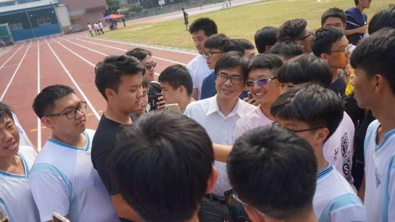 20181026-民進黨高雄市長參選人陳其邁今(26)日上午專程參加母校高雄中學的校慶活動,受到學弟們熱烈歡迎。(取自陳其邁臉書)