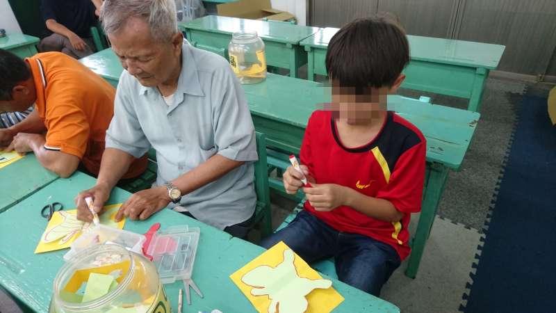 年近80歲的阿公,本該含飴弄孫的,卻一肩扛起父親的角色。(圖/環宇基金會提供)