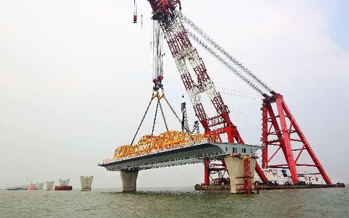 2014年1月19日,港珠澳大橋首跨鋼箱梁成功完成在深海區的架設。(新華社)