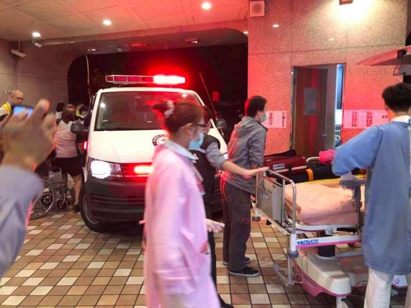 醫護人員徹夜努力,搶救生命。(圖/想想論壇)