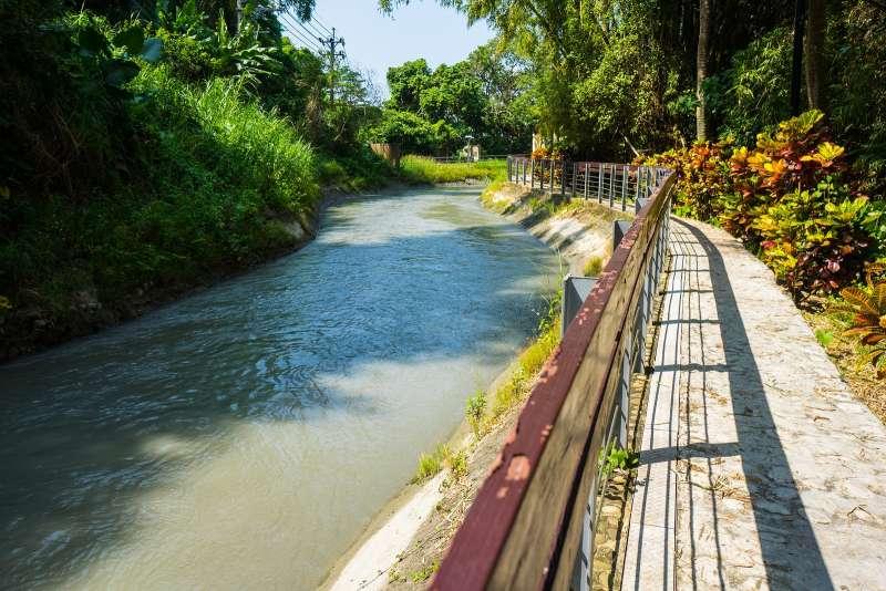 沿著溪流而建的小徑不但適合漫步,更是百種鳥類昆蟲的生態居所。(圖/台電提供)