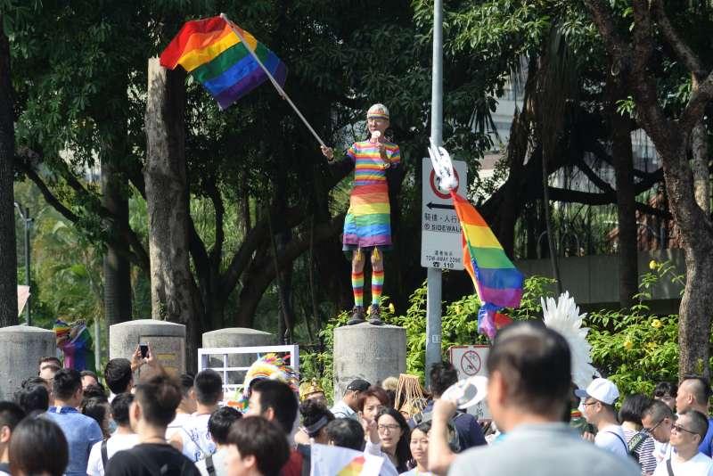20181027-第16屆同志大遊行27日登場,同性婚姻釋憲案的聲請人祁家威也參與遊行揮舞彩虹旗。(甘岱民攝)