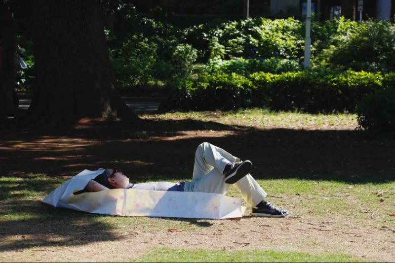 假日在橫濱山下公園小憩的男子。(圖/想想論壇)