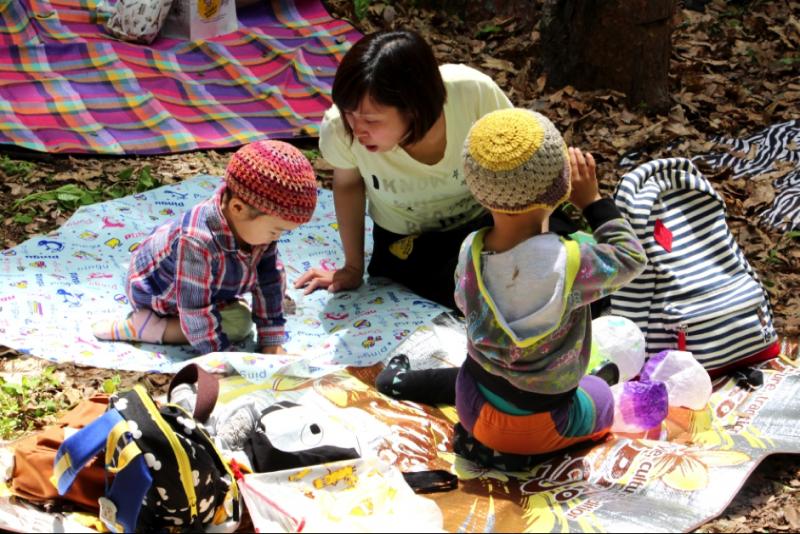 假日帶著孩子野餐的母親。(圖/想想論壇)