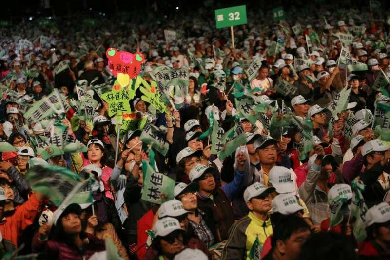 民進黨中央27日在台中老虎城旁空地,舉辦大型晚會替爭取連任的台中市長林佳龍造勢。(新新聞柯承惠攝)