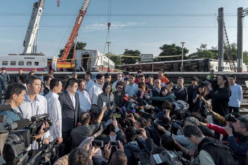 2018年10月,台鐵普悠瑪列車宜蘭翻車事故(AP)