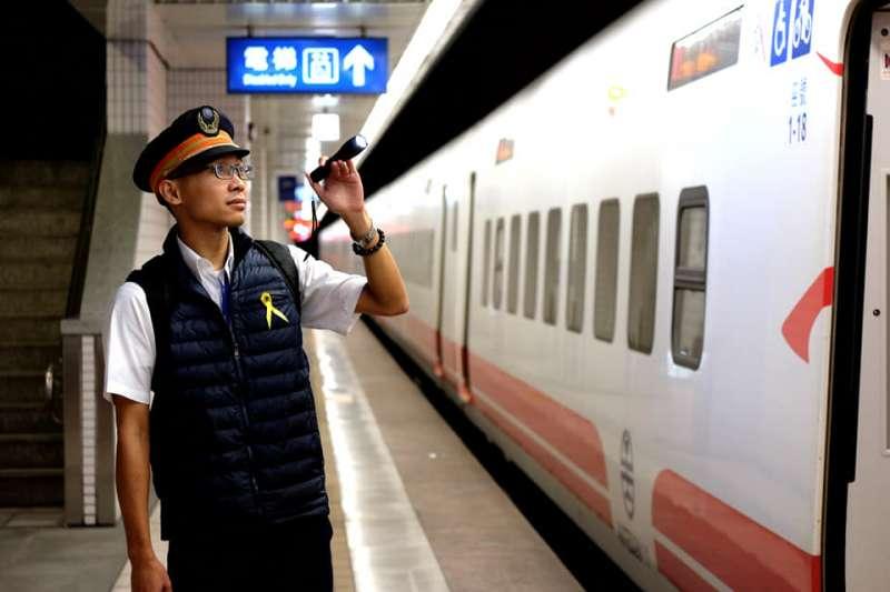 27日是台鐵普悠瑪罹難者頭七,台鐵執勤駕駛佩上黃絲帶(台鐵FB)