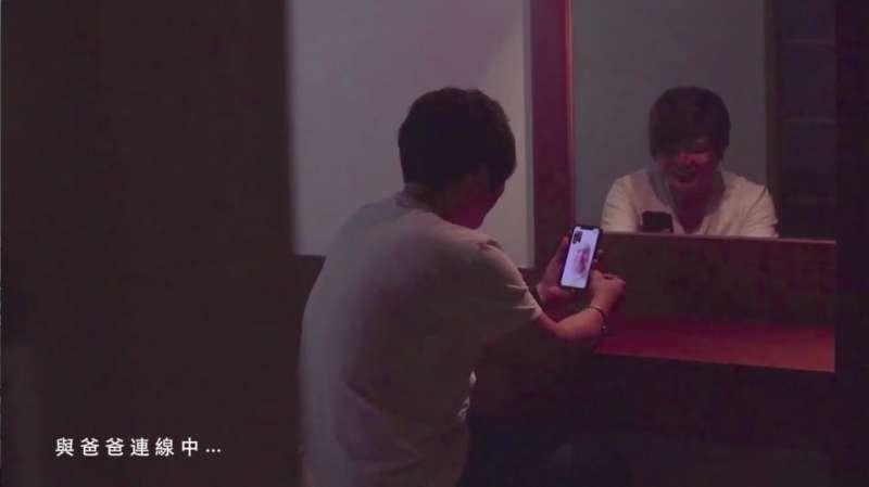 影片〈我想回家〉忠實呈現北漂的花蓮孩子礙於現實,必須離鄉背井討生活的無奈心情。(圖/截取自劉曉玫競選CF)