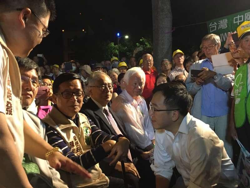 20181028_前總統陳水扁(左三)今晚出席兒子陳致中(右前)和陳其邁聯合競選總部造勢晚會。(扁聯會提供)