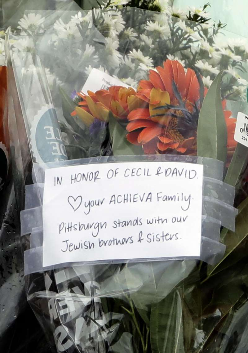 美國匹茲堡猶太教會槍擊案,民眾送上花束緬懷羅森索兄弟。(美聯社)