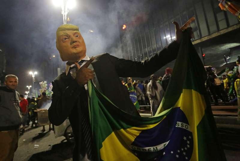 2018年10月28日,極右派巴西社會自由黨候選人博索納羅當選總統,支持者扮成川普慶賀。(美聯社)