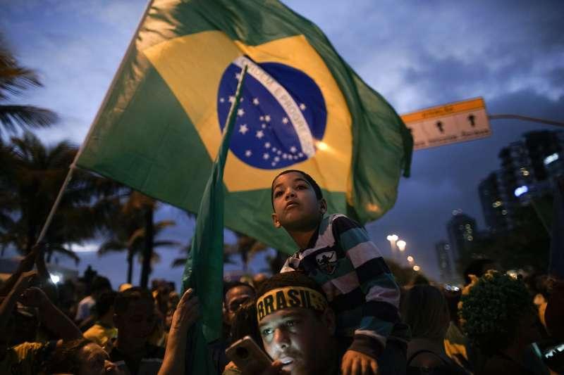 2018年10月28日,極右派巴西社會自由黨候選人博索納羅當選總統,支持者上街慶祝。(美聯社)