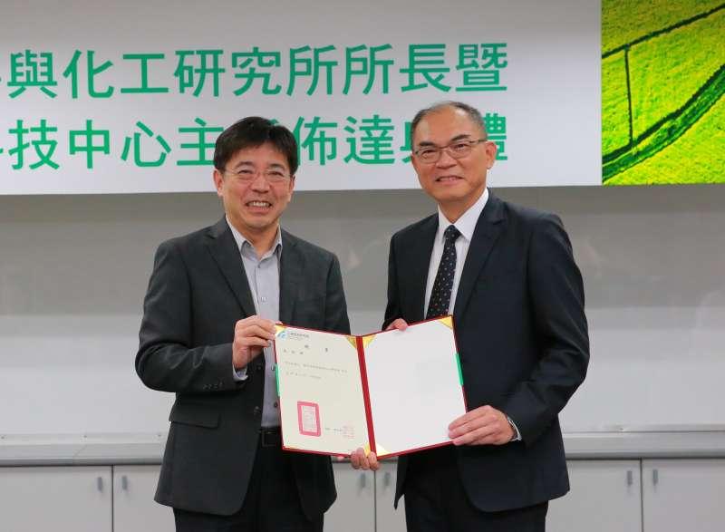 工研院院長劉文雄(左)頒發聘書給材料與化工所新任所長李宗銘。(圖/工研院提供)