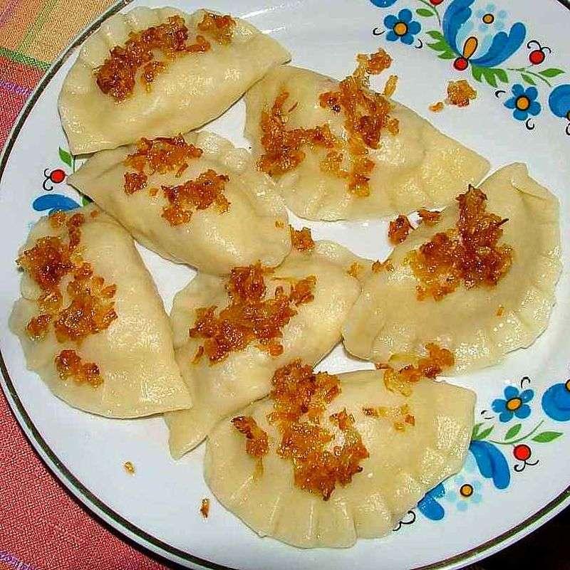 灑上炸洋蔥的波蘭餃子。(Stako @ Wikipedia/ CC BY-SA 3.0)