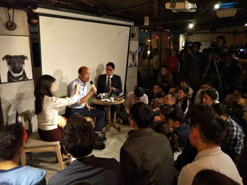 20181030_國民黨高雄市長候選人韓國瑜(中)今晚北漂到台北信義區,在酒吧與80名青年舉辦「北漂青年見面座談會」。(周怡孜攝)