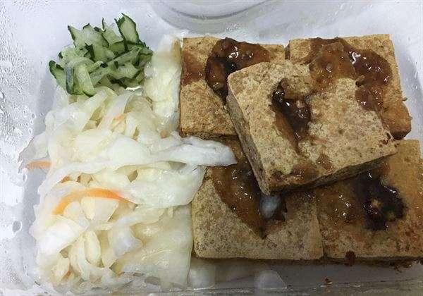 臭豆腐是台灣美食小吃,熱量高與鹽分高,有慢性病者不宜多食。(圖/衛福部南投醫院,華人健康網提供)