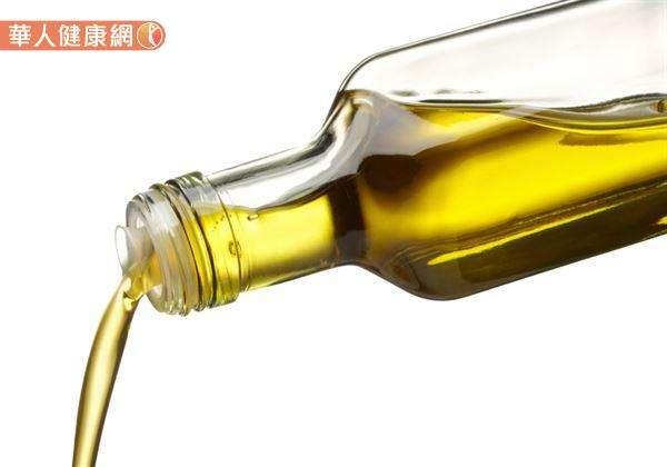 反覆油炸或使用回鍋油等,容易造成臭豆腐因油炸產生致癌物。(圖/華人健康網提供)
