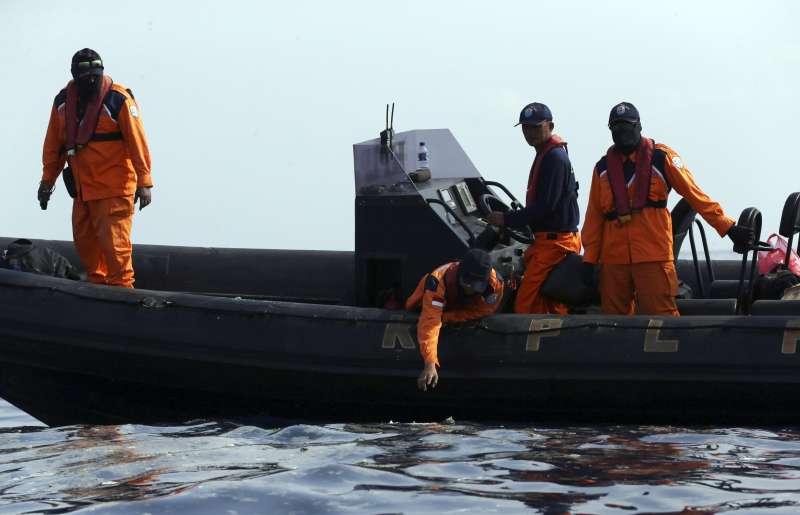 2018年10月29日,印尼獅子航空一架由雅加達飛往邦加檳港的班機墜毀大海,機上189人全部罹難,,搜尋人員進行打撈(AP)