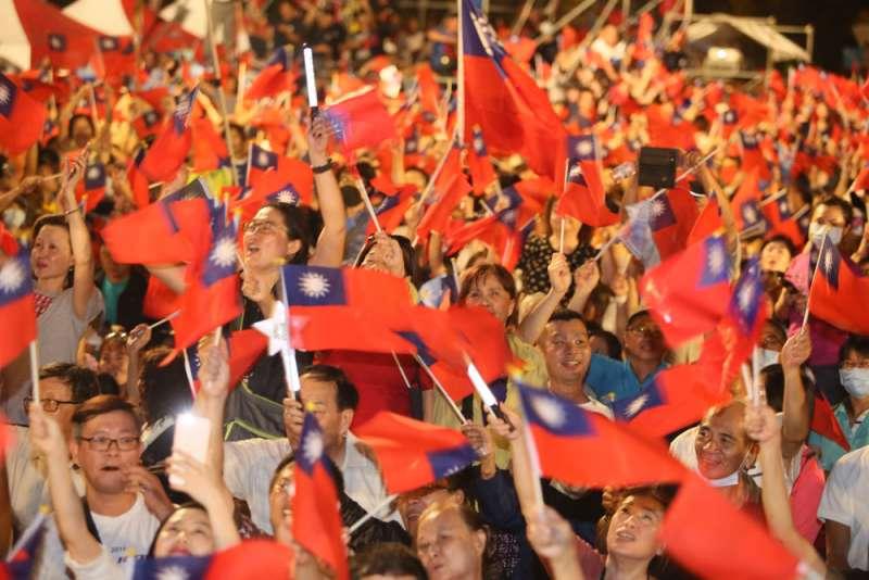 泛藍支持者揮舞著國旗,表現出久違的熱情,顯示民進黨陷入苦戰。(柯承惠攝)
