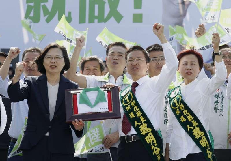 蔡英文(前排左一)力挺魏明谷(前排右二),綠營極力要穩住彰化這個百萬人口大縣。(郭晉瑋攝)