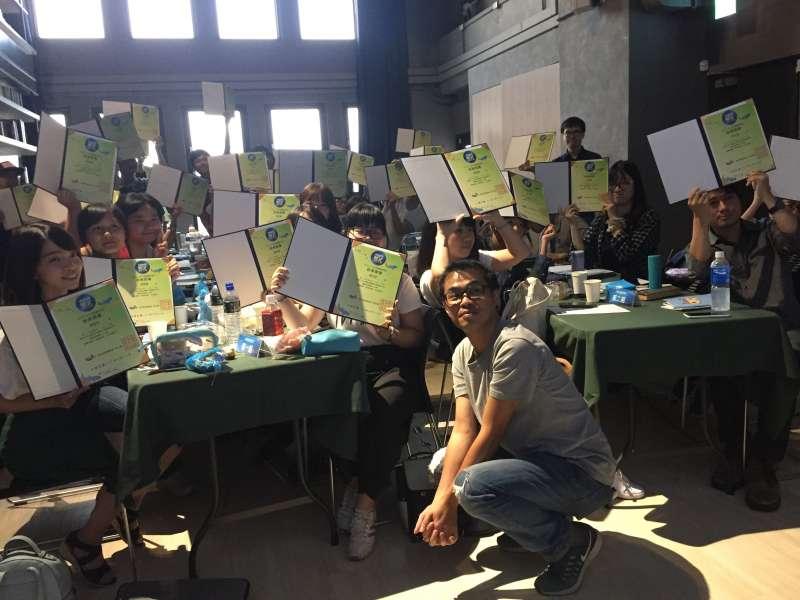 參加學員在課程結束後,興奮的拿著證書與導師東燁合照。參加學員在課程結束後,興奮的拿著證書與導師東燁合照。(圖/城邦原創提供)