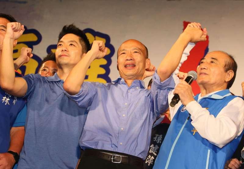 王金平(右)幫韓國瑜(中)在鳳山舉行的造勢會,人氣強強滾。(柯承惠攝)