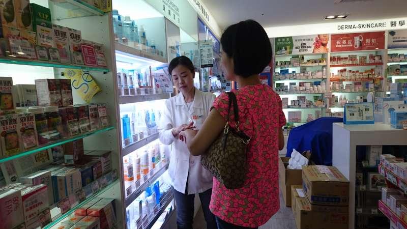 面對種類繁多的藥品及保健食品,消費者除了留意相關認證,也可以直接諮詢藥師。(圖片來源:藥聯)
