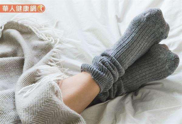中醫認為腳底的湧泉穴,的確是運行氣血、聯絡臟腑、溝通內外、貫穿上下經絡的重要起始部位。穿襪子睡覺對於體寒的患者,是個很不錯的方式。(圖/華人健康網)