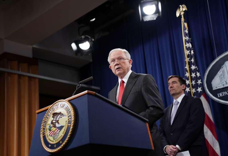 2018年11月1日,美國司法部長賽辛斯宣布「中國行動方案」(China Initiative),後方為負責人司法部副部長德默斯(John Demers)(AP)
