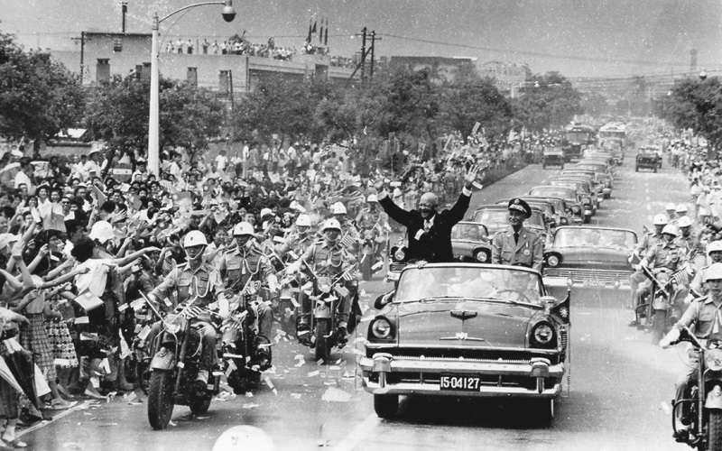 美國總統艾森豪於1960年6月18日訪問臺北時,與中華民國總統蔣中正搭敞篷車前往圓山大飯店途中。(維基百科)