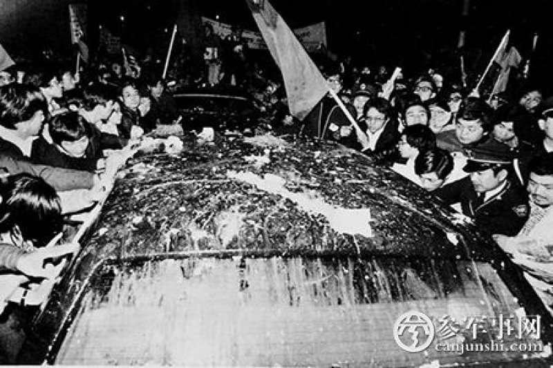 1978年12月27日,美國副國務卿沃倫.克里斯多福率團抵臺磋商臺美未來關係。(取自網路)