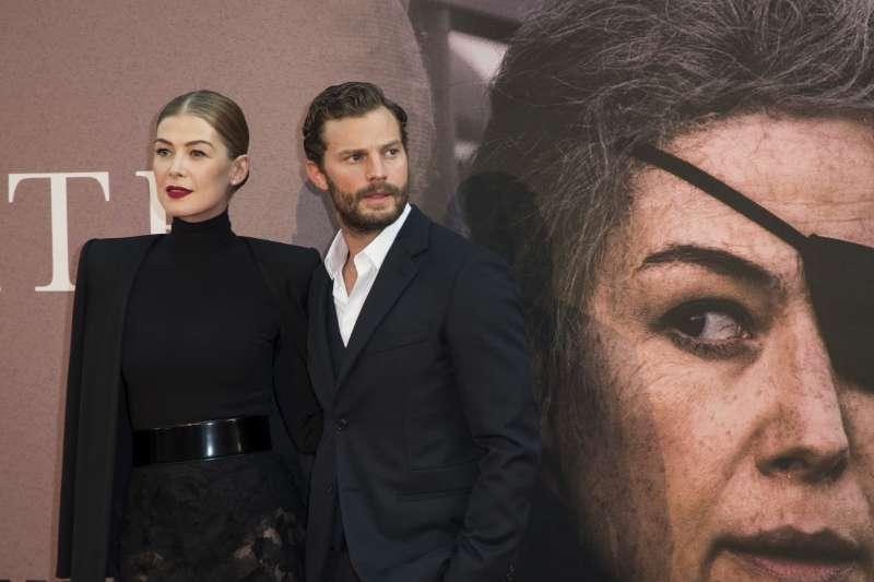 電影《私人戰爭》(A Private War)姪主角羅莎蒙派克(Rosamund Pike)與男主角傑米道南(Jamie Dornan)(AP)
