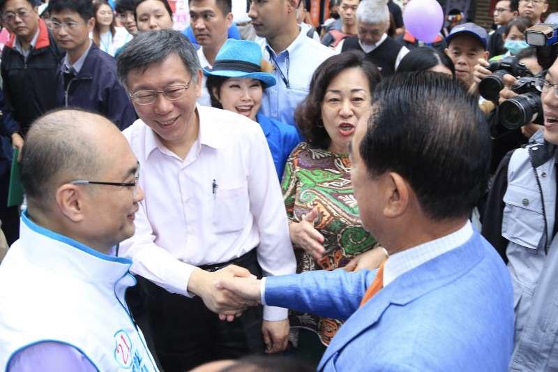 20181103-台北市長柯文哲、親民黨主席宋楚瑜出席台北市議員參選人洪士奇松山競選總部成立大會,兩人握手致意。(簡必丞攝)
