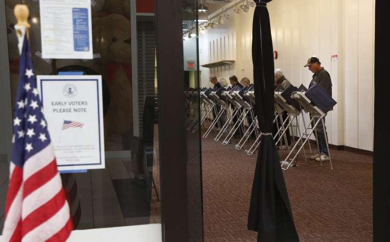 今年10月25日,美國伊利諾州的選民為期中選舉提前投票(美聯社)