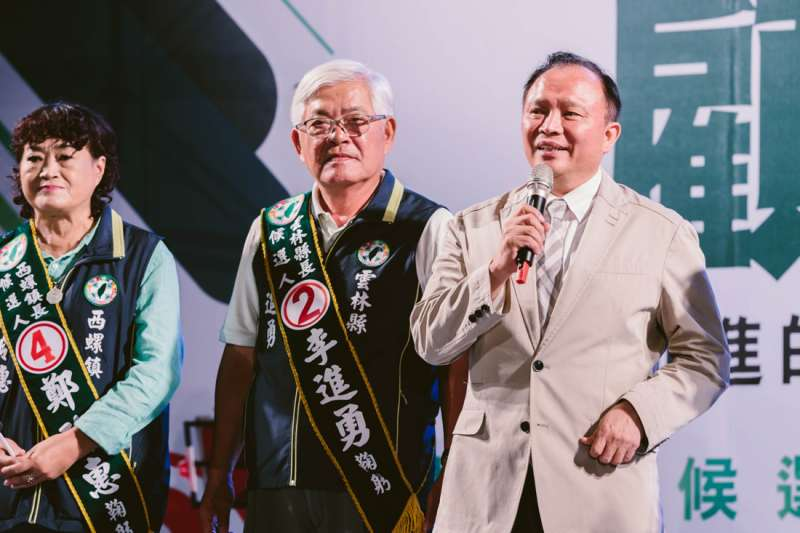 林聰賢(右一)說,李進勇的護農從他接任農委會主委以來感受最深,不時會向農委會反映及要求對農民朋友及時的措施。(圖/李進勇競選總部提供)