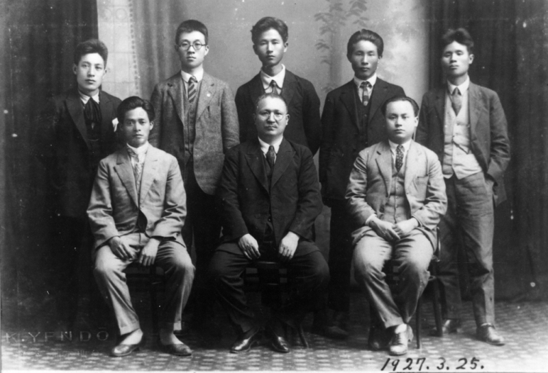 二林蔗農事件參與者劉崧甫(後排右一)、高雄農民運動組織者簡吉先生(後排左二)與人權律師布施辰治(前排中)合照。(圖/想想論壇)