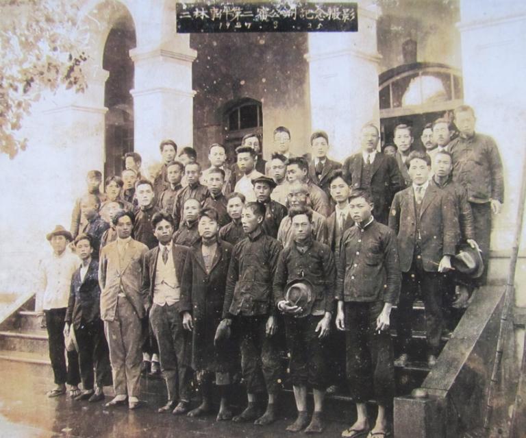 二林事件參與人士於二審之後合影留念。前排左三是李應章,前排左四是劉崧甫先生。(圖/想想論壇)