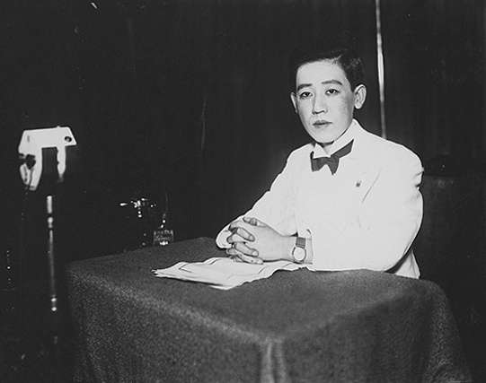 1933年在錄音室的川島芳子(圖/維基百科)