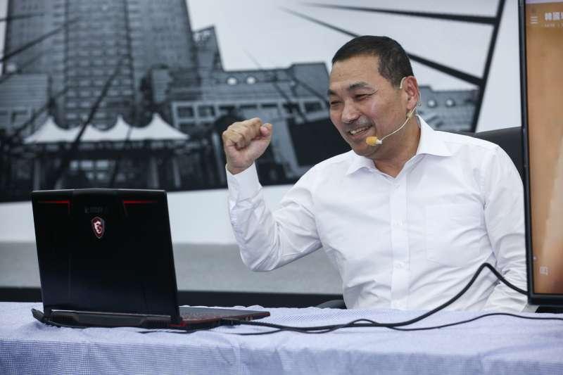 20181106-侯友宜參加競選CF首播記者會,與韓國瑜連線。(蔡親傑攝)