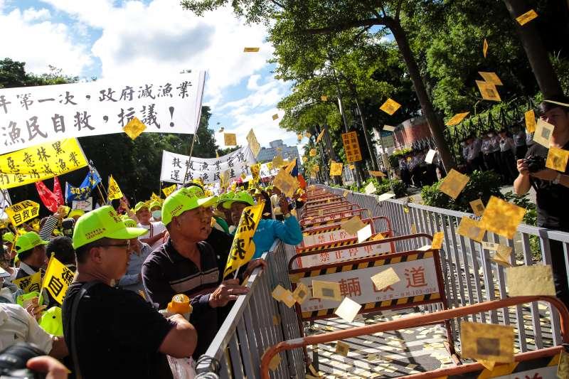 20181106-漁民自救會上千位民眾6日於農委會外集結,並撒冥紙抗議。(顏麟宇攝)