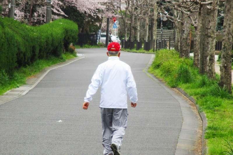 從長者的行走狀態中,我們也能看出更多關於身體的警訊(圖 / photoAC)