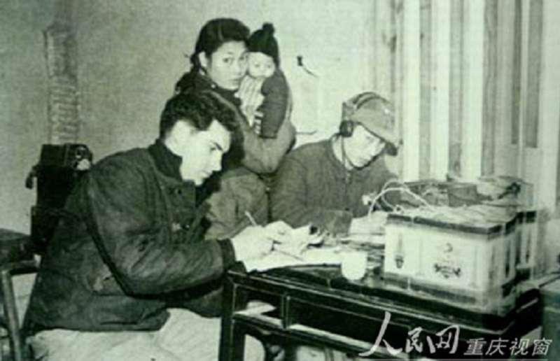 美方特工正教授中方人員學習無線電信號竊聽。(維基百科)