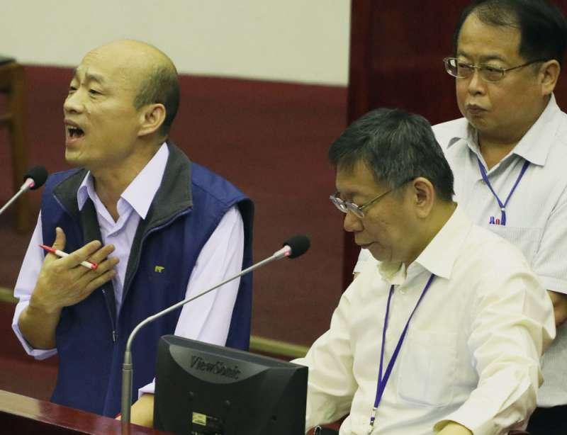韓國瑜(左)離開政界十餘年,直到2016年與王世堅對嗆,才再成為鎂光燈焦點。(蘇仲泓攝)