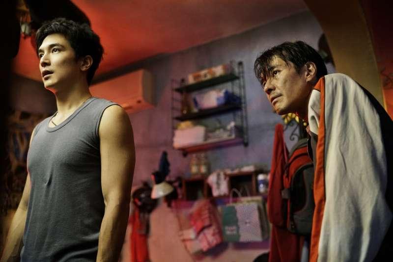 邱澤(左)飾演的阿傑與宋正遠相戀卻無法組ˋ織自己的家庭。(圖/華納兄弟)
