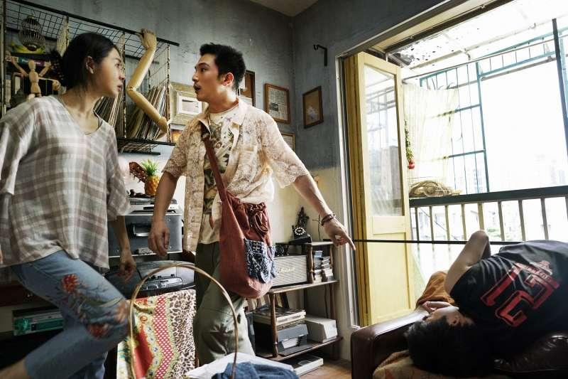 阿傑與劉三蓮為宋正遠、宋呈希與保險金爭吵不斷。(圖/華納兄弟)